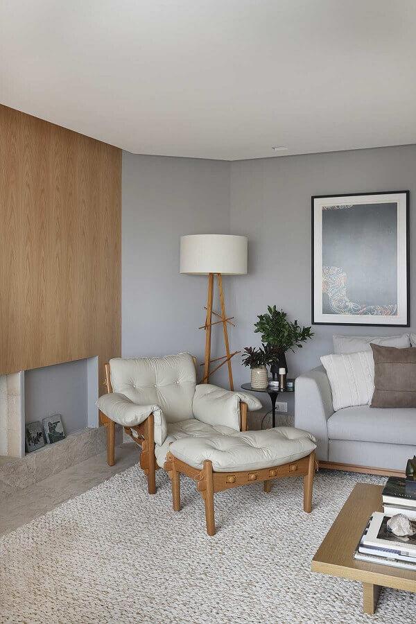 Poltrona confortável para sala cinza decorada com abajur de chão Foto Histórias de Casa