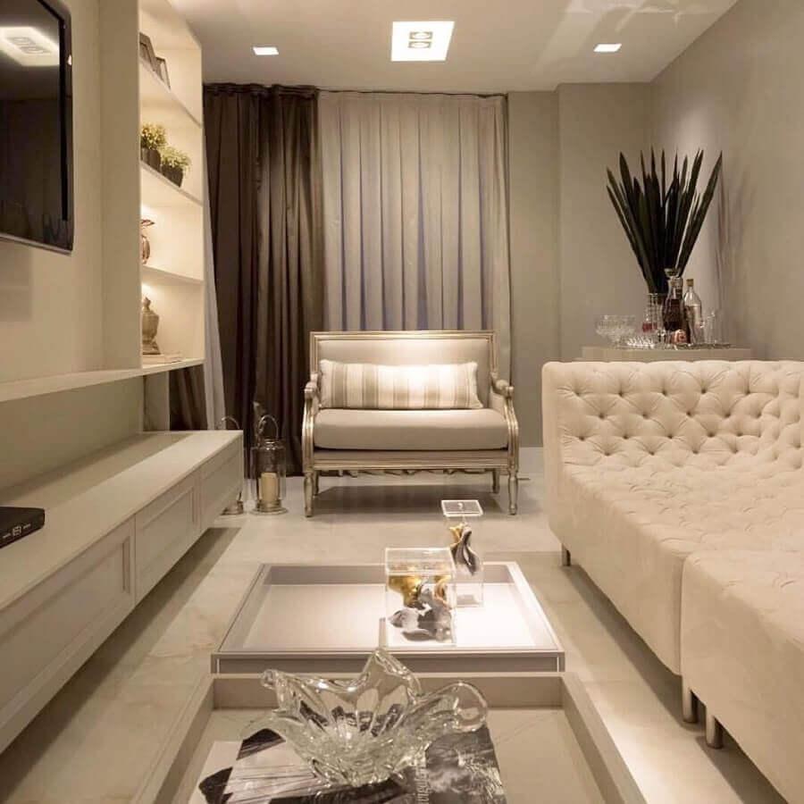 Poltrona confortável para sala de TV branca decorada com sofá capitonê Foto Pinterest