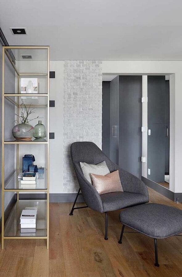 Poltrona confortável para sala decorada com estante de vidro Foto Pinterest