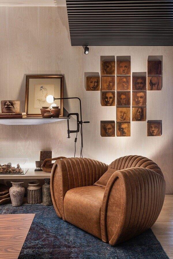 Poltrona confortável para sala decorada em cores neutras Foto Casa de Valentina