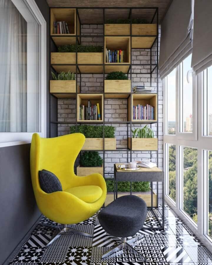 Poltrona confortável para varanda decorada com estante industrial Foto Homify