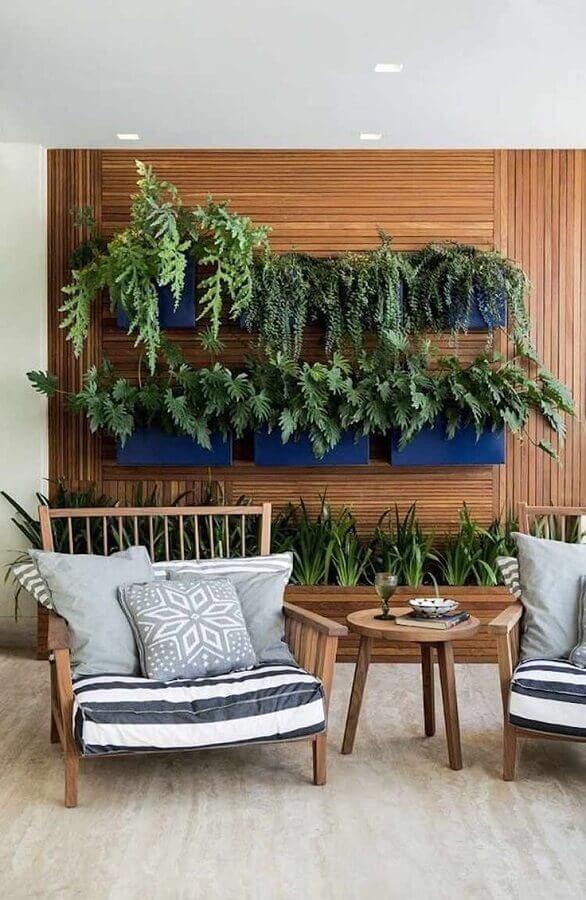 Poltrona confortável para varanda decorada com jardim vertical Foto Pinterest