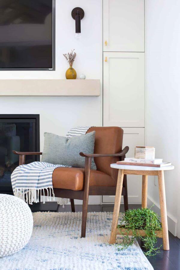Poltrona de couro com almofadas grandes