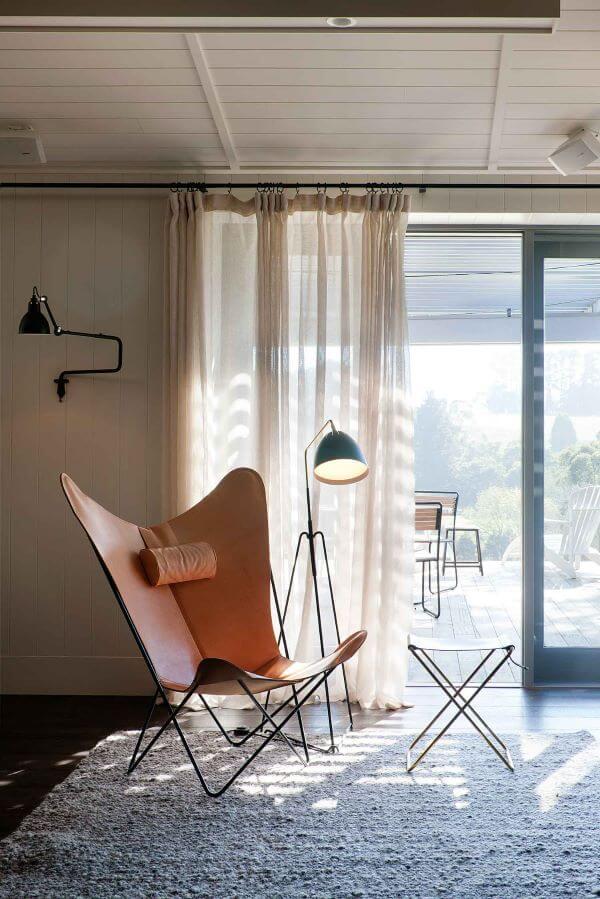 Poltrona de couro no quarto moderno