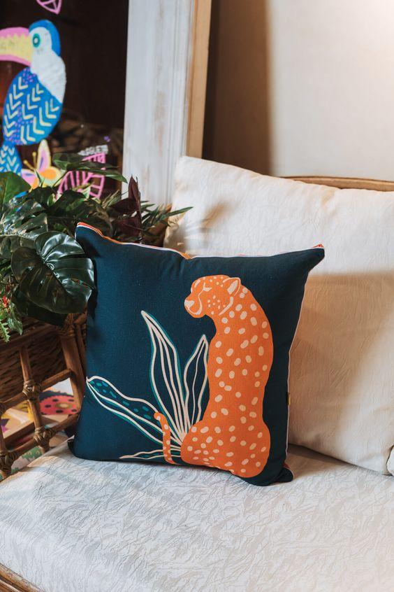 Poltrona decorada com almofadas grandes