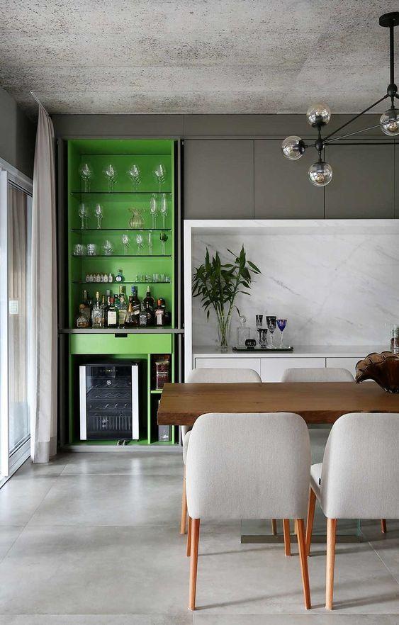 Porcelanato cinza para cozinha moderna com bancada de madeira e cadeiras modernas
