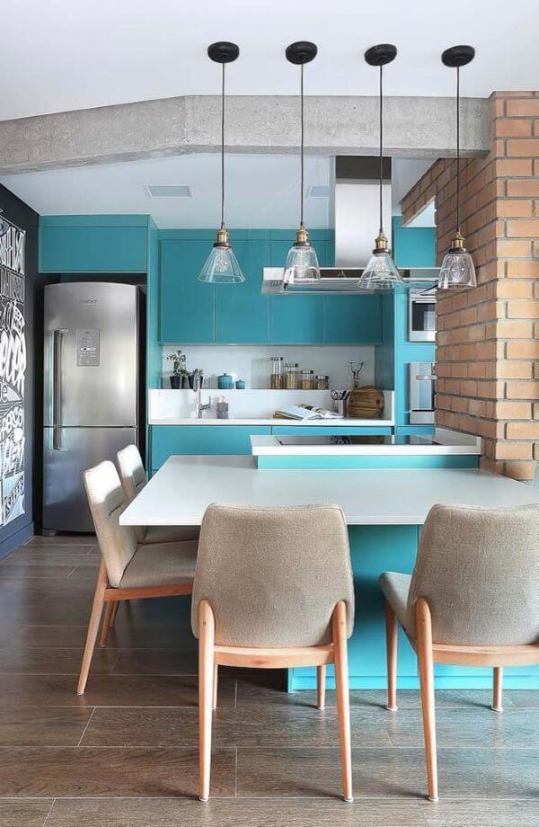 Porcelanato para cozinha amadeirado com mesa de granito branco e cadeiras cinza