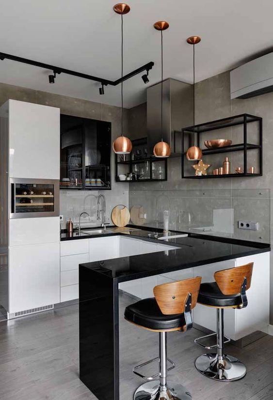 Porcelanato para cozinha em L com bancada preta e banquetas de madeira
