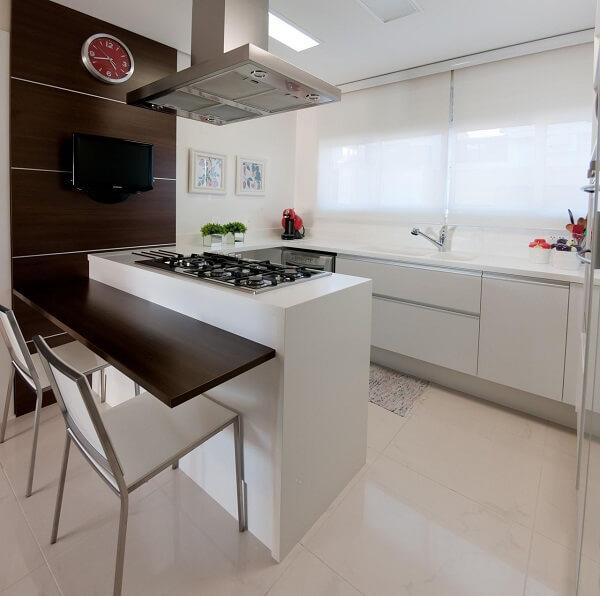 Posicione o fogão de forma que a pessoa que cozinha tenha visão direta da porta. Projeto de Archdesign Studio