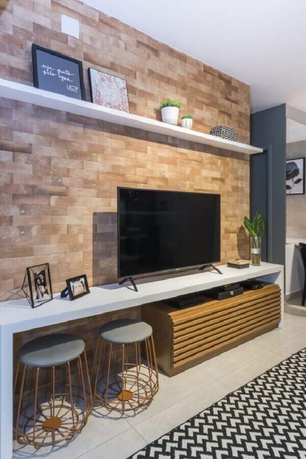 Puff banqueta aramado para decoração de sala de TV com parede tijolinho Foto Juliana Pires Interiores