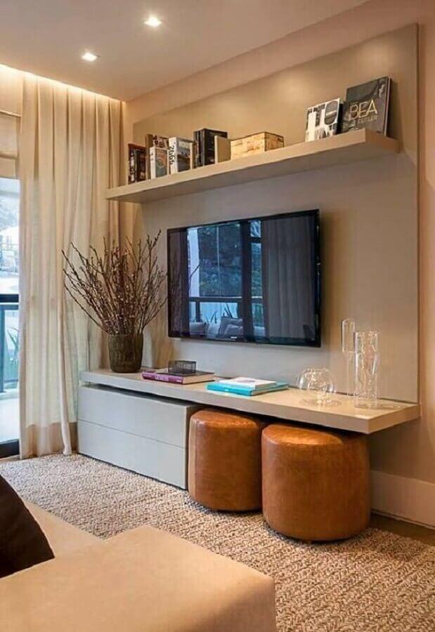 Puff banqueta redondo de couro para decoração de sala de TV em cores neutras Foto Casa de Valentina
