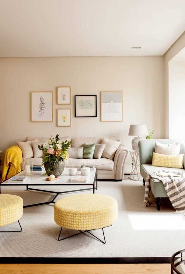 Puff banqueta redondo para decoração de sala bege e amarela Foto Pinterest