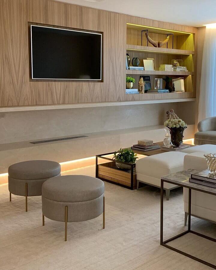 Puff banqueta redondo para decoração de sala de TV moderna em cores neutras Foto Casa de Valentina