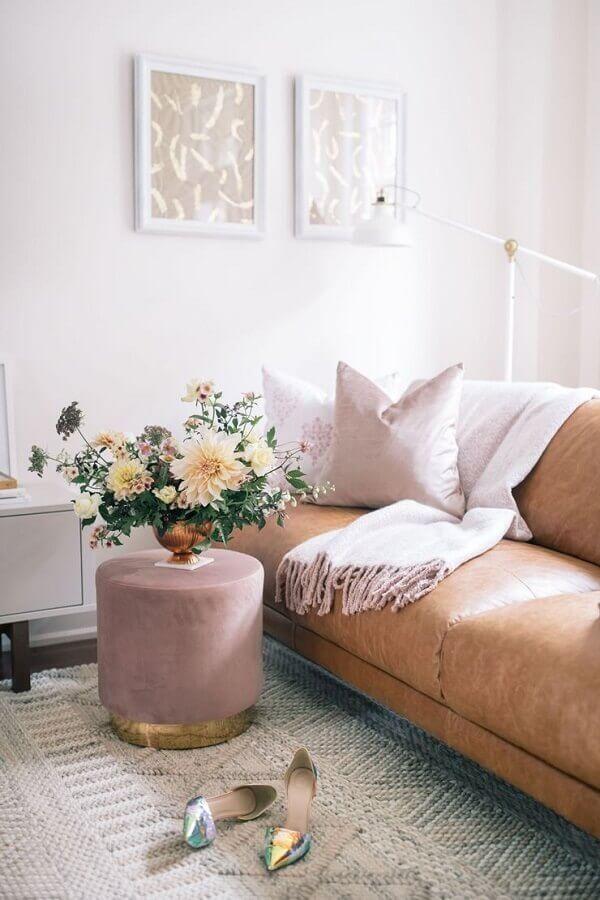 Puff banqueta redondo rosa para decoração de sala com sofá de couro marrom Foto The Blondie Locks