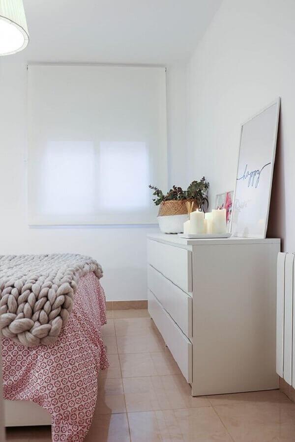 Quadro apoiado em cômoda branca grande para decoração de quarto de casal Foto Boho Deco Chic