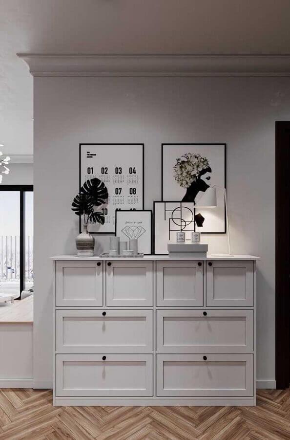 Quadros de parede e cômoda alta branca para decoração de corredor Foto Pinterest