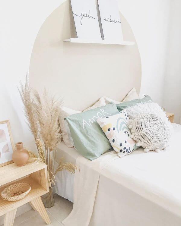 Quarto aconchegante com almofadas grandes