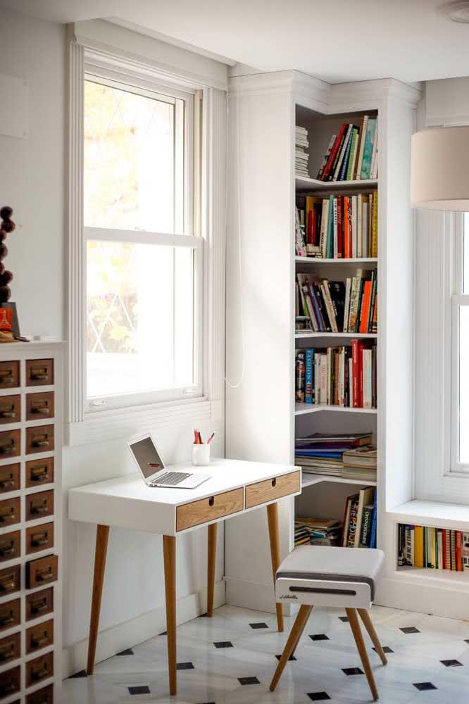 Quarto com estante de canto e escrivaninha para estudos