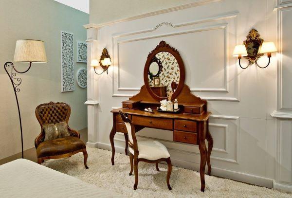 Quarto com móveis antigos de madeira vintage