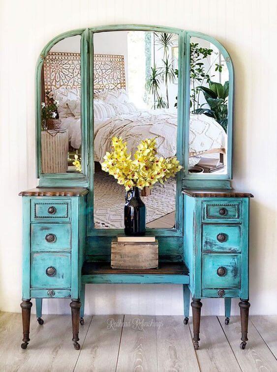 Quarto com móveis vintage e penteadeira na cor azul