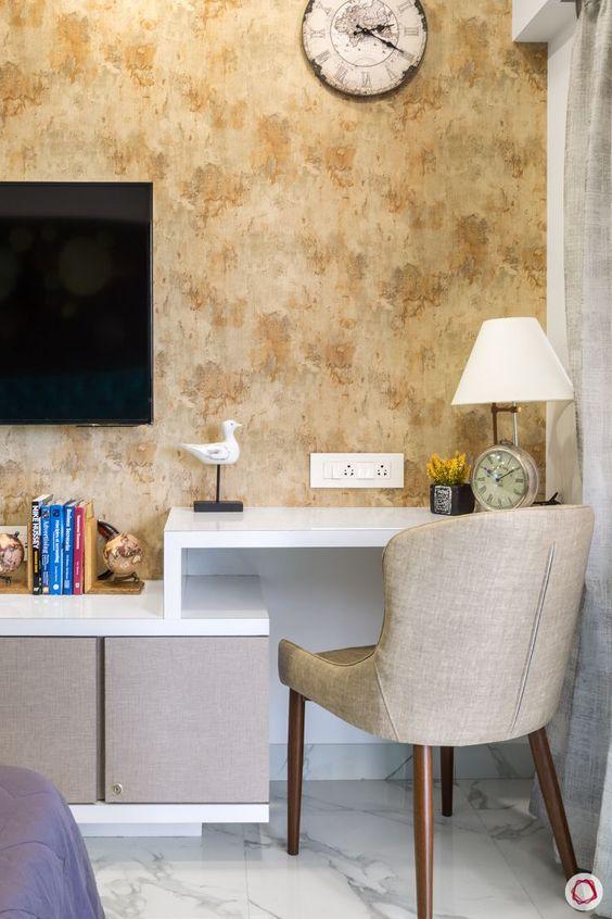 Quarto com rack para TV e armários para organizar itens