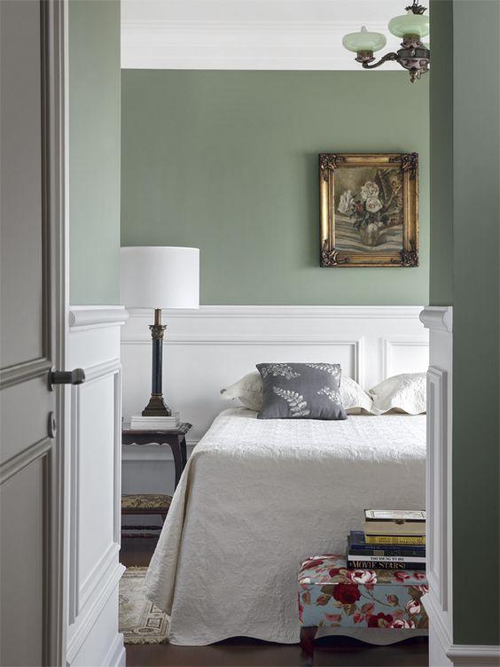 Quarto com rodameio branco e parede verde claro