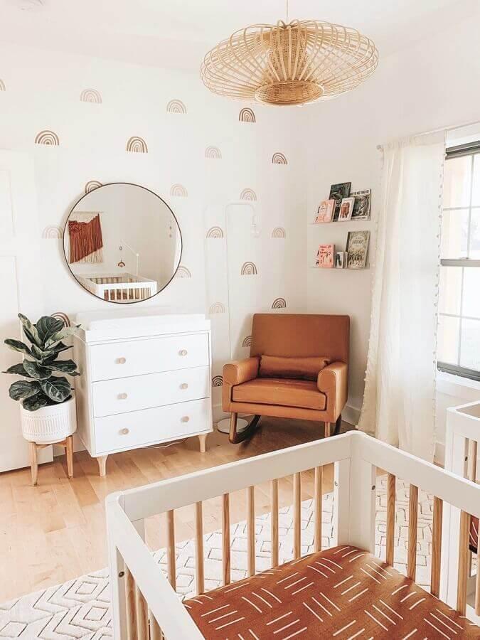 Quarto de bebê decorado em cores claras com poltrona confortável marrom de balanço Foto Pinterest