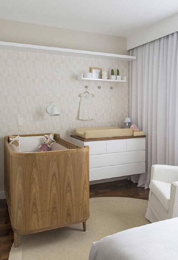 Quarto de bebê decorado em cores neutras com cômoda branca com madeira Foto Ideias Decor