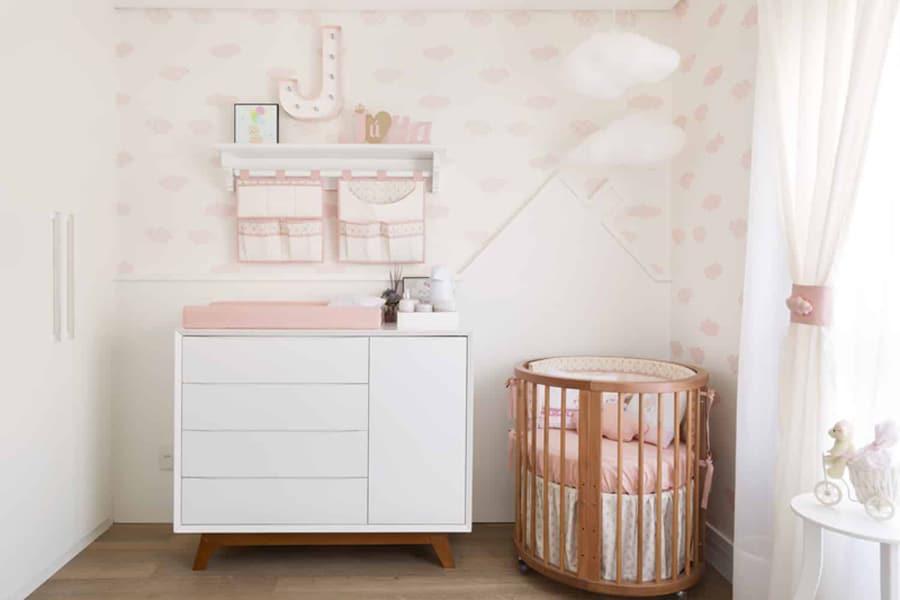Quarto de bebê feminino decorado com papel de parede delicado e cômoda branca pequena Foto Pinterest
