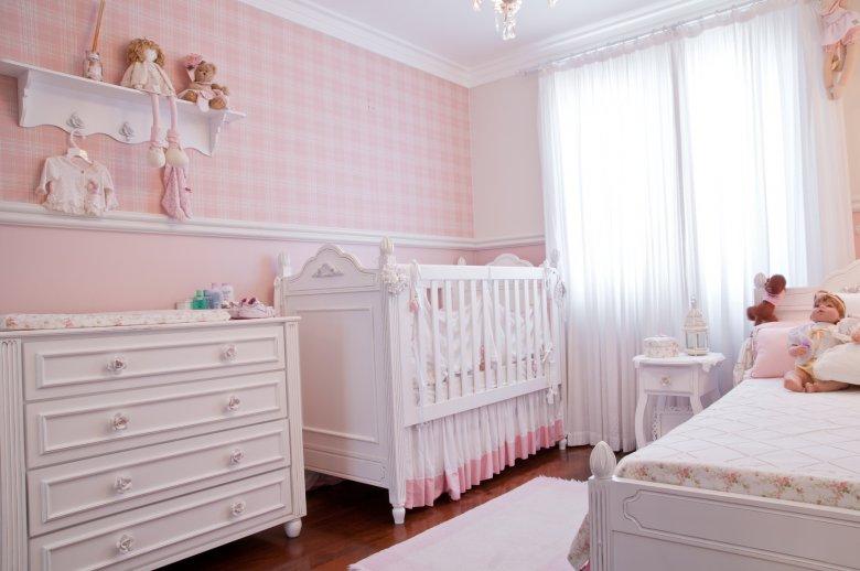 Quarto de bebe com rodameio adesivo branco e papel de parede xadrex