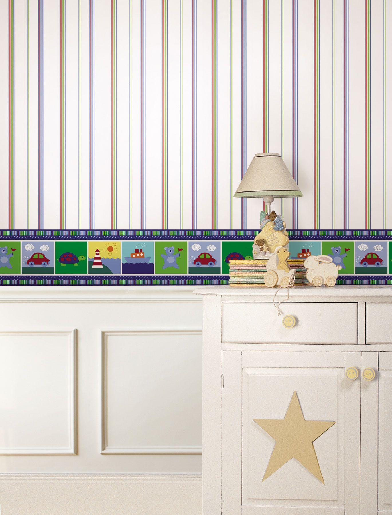 Quarto de bebe com rodameio branco e papel de parede infantil