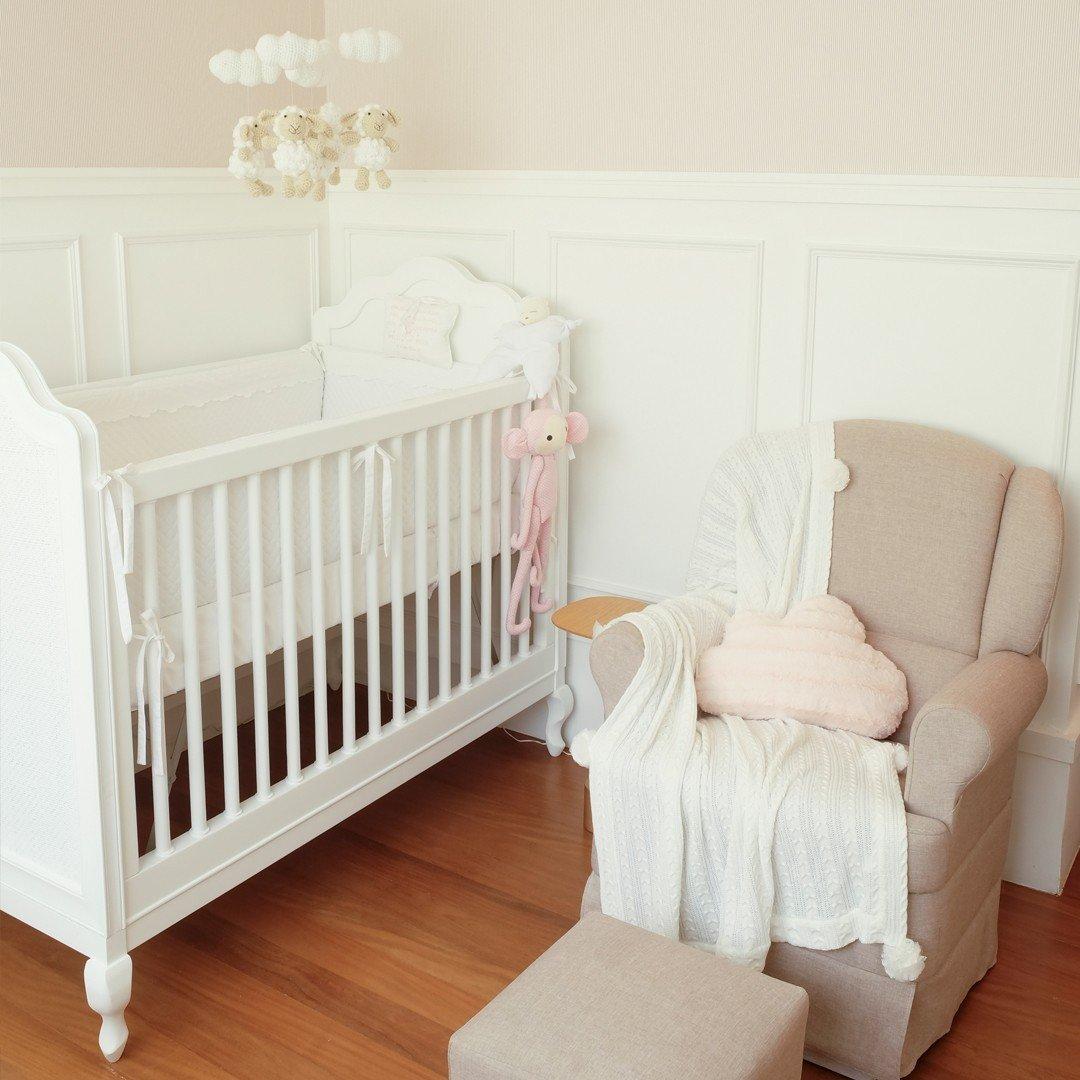 Quarto de bebe com rodameio branco e papel de parede rose