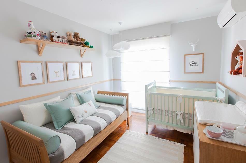Quarto de bebe com rodameio de madeira para decoração azul