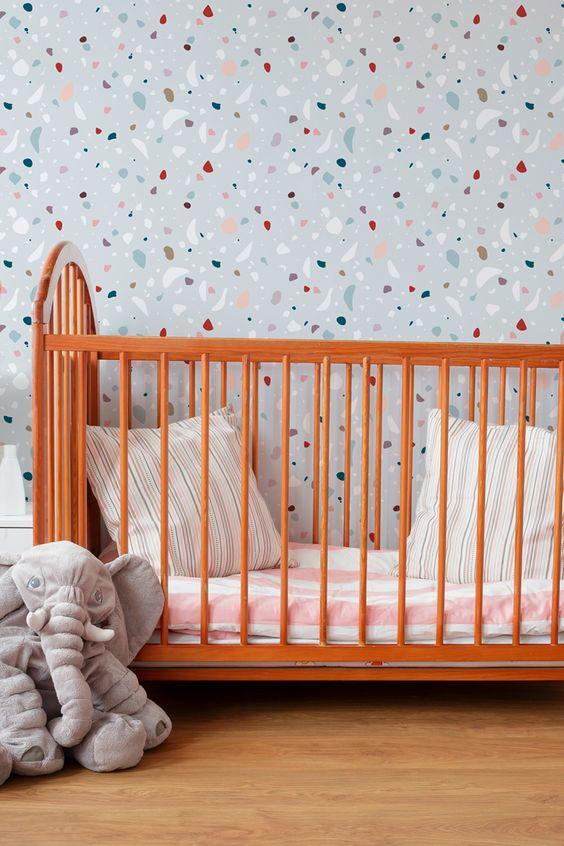 Quarto de bebe moderno com papel de parede granilite cinza