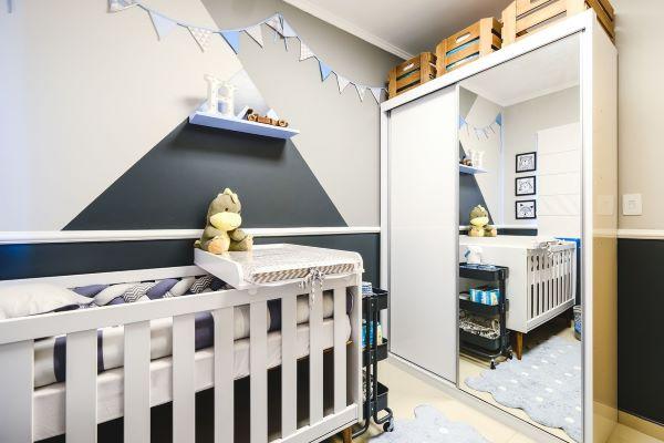 Quarto de bebe moderno com rodameio na parede do berço em tons de cinza