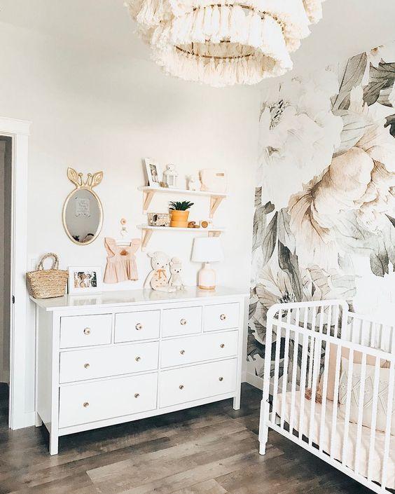 Quarto de bebe retro branco com papel de parede floral