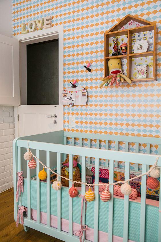 Quarto de bebe retro com paleta de cores em tons pasteis