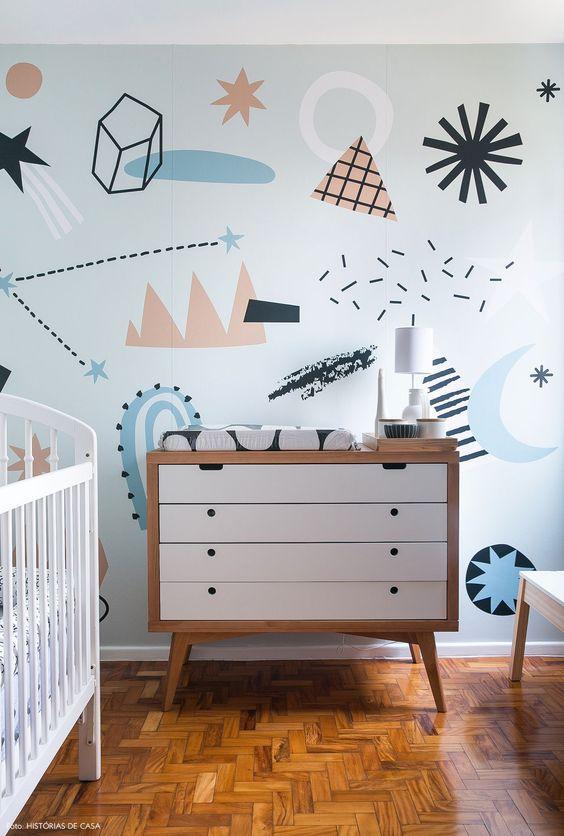 Quarto de bebe retro com papel de parede divertido