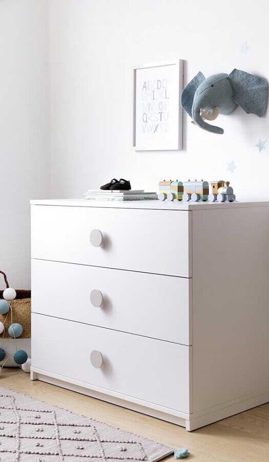 Quarto infantil clean decorado com cômoda branca pequena Foto Jeito de Casa