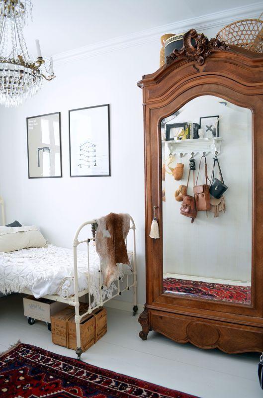 Quarto infantil com móveis vintage e guarda roupa espelhado