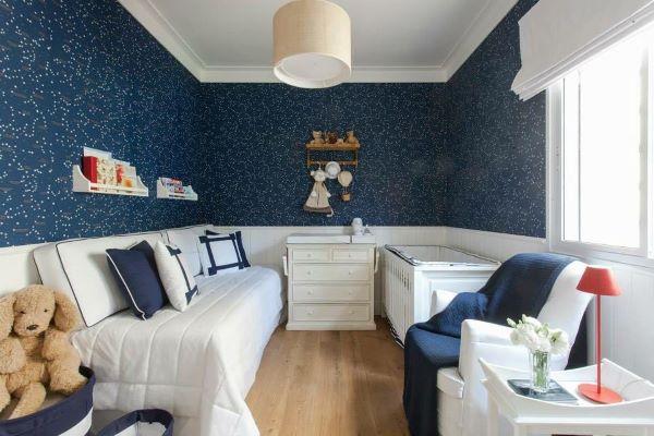 Quarto infantil com rodameio branco e papel de parede azul marinho