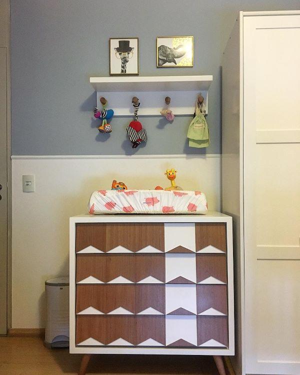 Quarto infantil com rodameio branco e parede azul