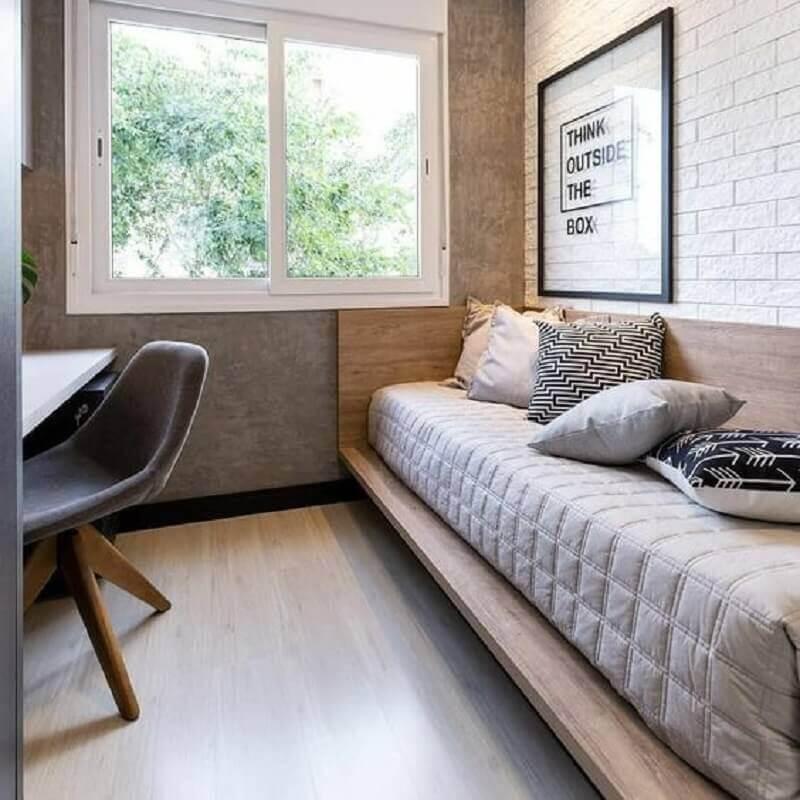 Quarto masculino pequeno decorado com parede de cimento queimado e cama de madeira planejada Foto A2 Arquitetura