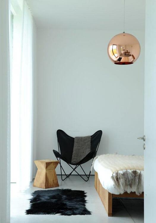 Quarto moderno decorado com poltrona butterfly preta