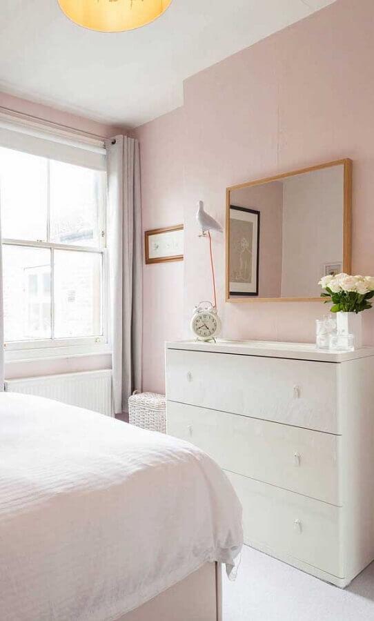 Quarto rosa claro decorado com cômoda branca e espelho de parede Foto Pinterest