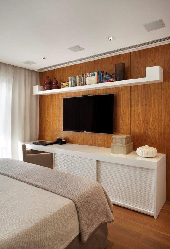 Rack para quarto com cama de casal moderna e paine de tv de madeira