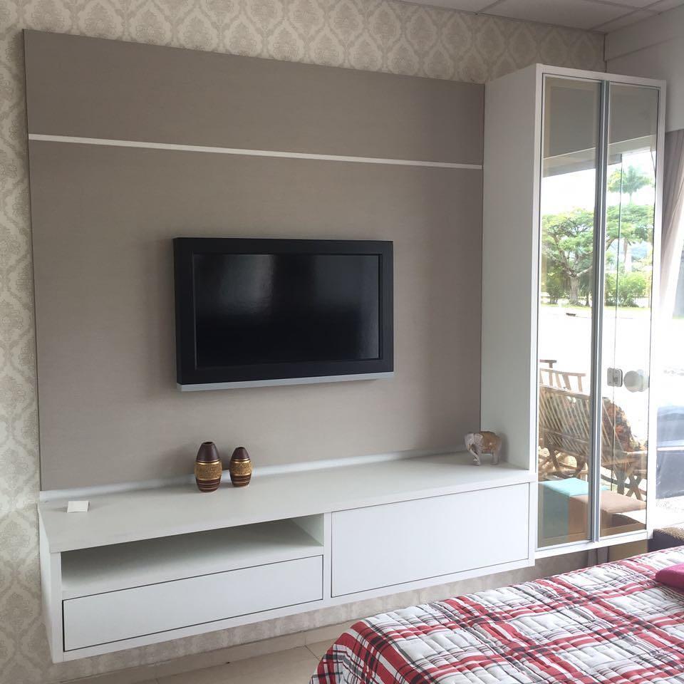 Rack para quarto planejado com armário espelhado e painel bege