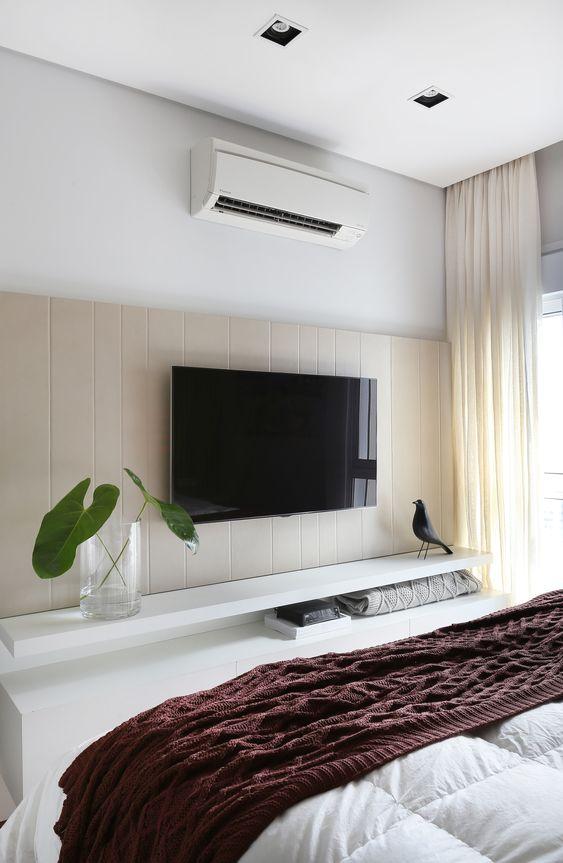 Rack para quarto suspenso em branco com painel de madeira