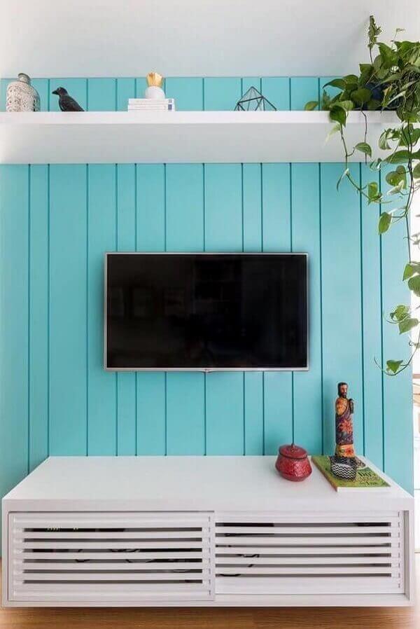 Rack planejado para sala pequena com acabamento branco. Foto: Ideias Decor