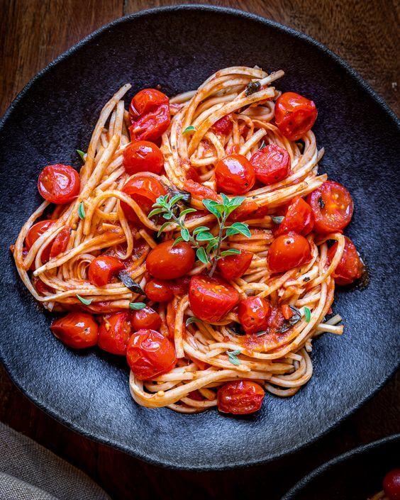 Receita de almoço rápido com espaguete e tomate cereja